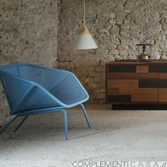 COLONY è una comoda poltroncina con una struttura avvolgente che rende la seduta accogliente.