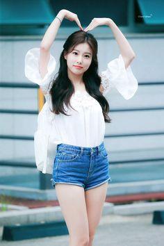 カン.ヘウォン Japanese Girl Group, Pop Group, Yuri, Asian Girl, Korea, Ballet Skirt, Outfits, Outfit Ideas, Jeans