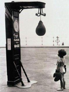 Jongetje bij een boksbal
