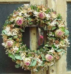 Romantické+růže+s+eukalyptem+Věnec+o+velikosti+40cm+jsem+vyrobila+z+krásných+zelenorůžových+velkokvětých+růží+a+mnoha+dalšího+sušeného+kvítí+,doplněno+voňavým+eukalyptem.+Hodí+se+i+jako+netradiční+dárek.+Tento+velký+věnec+je+na+objednávku+a+počítejte+s+dobou+dodání+měsíc+a+více+,záleží+na+momentální+dostupnosti+růží.+Může+být+dodán+i+dříve. Topiary Trees, Summer Wreath, Floral Wreath, Bouquet, Wreaths, Spring, Easter, Decorations, Home Decor