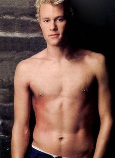FIRST PIC EVER I'VE SEEN OF Heath Ledger SHIRTLESS *O*