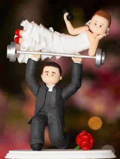muñecos de boda, el novio levanta a la novia sobre una pesa