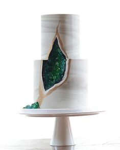 Who else is loving the #geodecake wedding trend? These gems of #weddingcakes are…