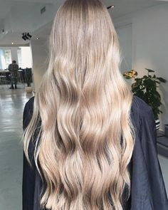 When the mane is already but just needs a little highlighting for a brighter summer Using stretched foils to keep it natural! Hair Inspo, Hair Inspiration, Medium Hair Styles, Curly Hair Styles, Balayage Blond, Cool Blonde Hair, Pinterest Hair, Hair Dos, Gorgeous Hair