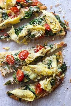 Healthy Pizza Recipes for Your Next Girls' Night In Veggie-Loaded Artichoke, Tomato + Spinach Flatbread. Healthy Pizza Recipes, Appetizer Recipes, Vegetarian Recipes, Cooking Recipes, Flatbread Appetizers, Skillet Recipes, Cooking Tools, Spinach Flatbread Recipes, Easy Appetizers For Party