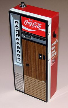 Vintage Coca Cola Vending Machine Novelty AM/FM Radio, Jack Russell Company… Pepsi, Radios, Best Soda, Coke Machine, Vintage Coke, Vintage Signs, Antique Shelves, Radio Antigua, Always Coca Cola