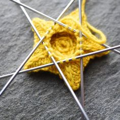 Little knitted star by hunterhammersen. Diy Projects To Try, Craft Projects, Free Knitting, Knitting Patterns, Crochet Toys, Knit Crochet, Learn To Crochet, Needle And Thread, Embroidery