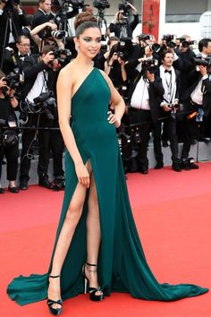Indian actress Deepika Padukone poses as she arrives on May 2017 for the screening of the film 'Loveless' at the edition of the Cannes Film Festival in Cannes, southern France. Get premium, high resolution news photos at Getty Images Bollywood Actress Hot Photos, Indian Bollywood Actress, Bollywood Girls, Bollywood Fashion, Indian Actresses, Hollywood Actresses, Indian Celebrities, Bollywood Celebrities, Priyanka Chopra Hot