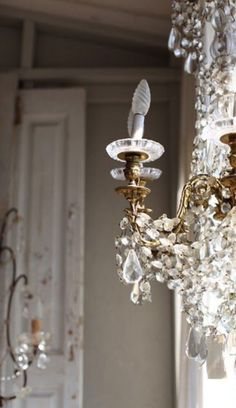 Chandelier (via Dreamy Whites) Chandelier Lighting, Vintage Chandelier, French Chandelier, Glass Chandelier, Decoration, Light Up, Sweet Home, Antiques, Pretty