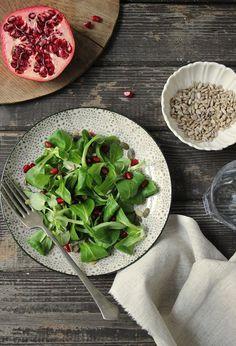 Polníček s granátovým jablkem a slunečnicovými semínky Spinach, Vegetables, Food, Essen, Vegetable Recipes, Meals, Yemek, Veggies, Eten