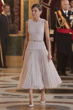 12 October 2018 - Spanish Royal Family attends National Day celebration in Madrid Classy Outfits, Chic Outfits, Royal Fashion, Fashion Looks, Shorts Longs, Look Formal, Royal Clothing, Estilo Real, Queen Letizia