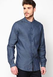 Become an iconic figure of fashion world as you adorn this casual shirt from the house of Levi's®. Let your skin feel the cool breeze as you adorn this slim-fit shirt fashioned using cotton.