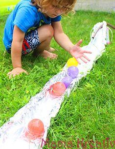 Spiele mit Wasser draußen Wasserspiele Fluss aus Alufolie im Garten selber machen