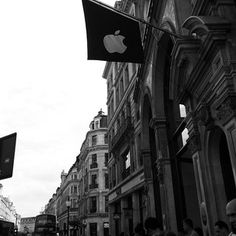 #instapic #insta4all #instabest #instacool #instagram #instalike #instaholiday #summer2013 #estate2013 #holidays #travel #uk #unitedkingdom #london #londra #apple #shopping #store #regentstreet #black #white #iphone5 #instagram4all #instashoutout #friends some days ago in NYC and now here in London... @sofieselenia