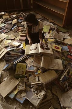 What I want to do in every library and bookstore I enter. I Love Books, Books To Read, Reading Books, Woman Reading, World Of Books, Old Books, Pile Of Books, Book Nooks, Book Nerd