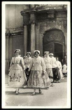 Kalocsai lányok a templomból jövet | Képcsarnok | Hungaricana Hungarian Embroidery, Fashion Design For Kids, Folk Dance, Beautiful Costumes, Folk Costume, Hungary, Architecture Art, Old Photos, Fairy Tales