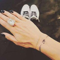 Tattoo-Armband - Mehr als 70 diskrete Tattoo-Ideen Tattoo bracelet – Plus de 70 idées de tatouages discrets Tattoo-Armband – Mehr als 70 diskrete Tattoo-Ideen Mini Tattoos, Body Art Tattoos, New Tattoos, Tattoos For Guys, Tattoos For Women, Cool Tattoos, Tatoos, Friend Tattoos, Ankh Tattoo