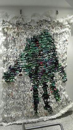 """Liebe addi Fans, wenn Ihr nicht mehr wisst, wohin mit Euren Plastiktüten - strickt oder häkelt doch daraus so ein Kunstwerk! Dieses 2x3 Meter große Kunstwerk mit dem Titel """"Applaus"""" wurde vom freischaffenden Künstler Dodi Reifenberg gestrickt und hängt im Treppenhaus des addi Verwaltungsgebäudes. Vielleicht inspiriert Euch das zu neuen Projekten? Lieben Gruß vom addi Team +++ Dear addi Fans, if you don't know what to do with your old plastic bags - knit or crochet with them and create such…"""