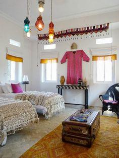 赤、青、オレンジのモロッコランプを巧みに使い、モロッコ風のインテリア。白い壁に色とりどりのランプがとてもよく映えますね。