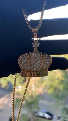 Beautiful necklace for women and men Gold King Crown, Kings Crown, Hip Hop Fashion, Mens Fashion, Fashion Tips, Diy Necklace, Gold Necklace, Men Style Tips, Gold Pendant