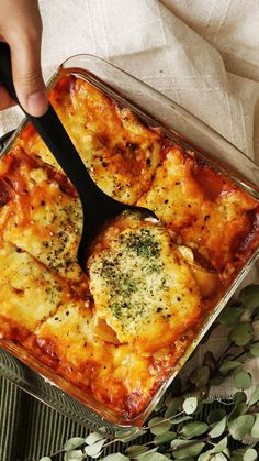 Potato Lasagna Recipe with video instructions: With this lasagna, potatoes prove themselves worthy of being a perfect pasta alternative. Ingredients: 2 small potatoes, 300 g meat sauce, 210 g shredded cheese, 1 bunch baby spinach Mexican Food Recipes, Vegetarian Recipes, Dinner Recipes, Cooking Recipes, Healthy Recipes, Lasagna Recipes, Lasagna Food, Healthy Options, Appetizer Recipes