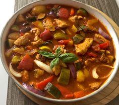 Leczo z kurczakiem - Blog z apetytem Thai Red Curry, Chili, Main Dishes, Menu, Cooking, Ethnic Recipes, Blog, Carmel Hair, Diet