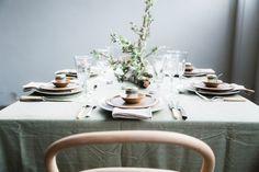 Decorar una mesa con alusión al invierno, de gran sencillez pero de apariencia delicada al mismo tiempo.