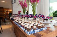 Chá bar decoração - Bandeja de cupcake forrada em tecido ou papel estampado.