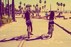 Procura-se um amigo para gostar dos mesmos gostos, que se comova quando chamado de amigo. Que saiba conversar de coisas simples, de orvalhos, de grandes chuvas e das recordações da infância. Preciso de um amigo para não enlouquecer, para contar o que vi de belo e triste durante o dia, dos anseios e das realizações, dos sonhos e da realidade. Deve gostar de ruas desertas, de poças d´água e de caminhos molhados, de beira de estrada, de mato depois da chuva, de se deitar no capim. Preciso de um…