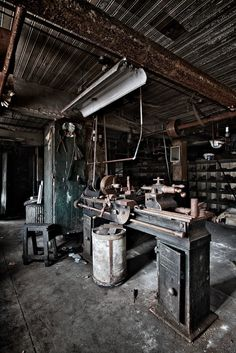 old machine shop... Tornio! I know how to use it, I really wish I had one!!!
