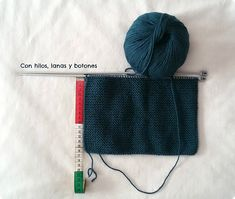Con hilos, lanas y botones: DIY jersey con capucha para bebé paso a paso (patrón gratis) Knitting For Kids, Baby Knitting, Baby Kimono, Baby Vest, Baby Sweaters, Knitted Hats, Knitting Patterns, Winter Hats, Pullover