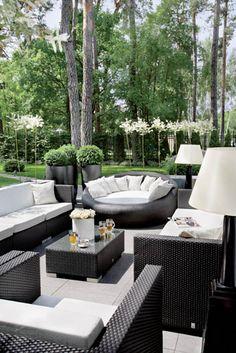 Gdy w domu robi się za ciasno, zostaje ogród i taras, na którym meble mają jakąś dziwną moc przyciągania.
