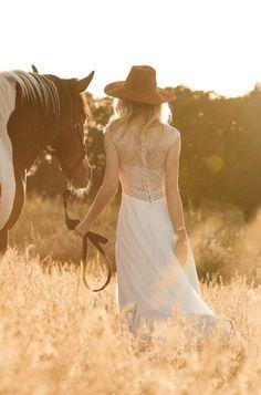 Rembo styling — Collection 2017 — Funny: Belle robe aveccoupe parfaite, jupe en mousseline et dentelle sur le dos et la traîne.