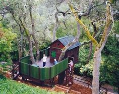 holy smokes...what a great treehouse