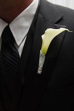 A single Calla lily, wrapped in dusty miller and silver wire, is a soft   yet modern boutonniere option.