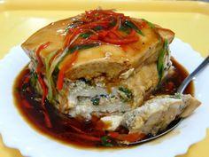 大家一定吃過千層糕、千層蛋糕,是否吃過千層豆腐呢? 豆腐與豆腐之間有餡料夾層,滑嫩中也不失肉香味;這道料理夠辣、夠香、夠嫩,是下飯菜餚。