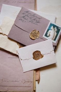 lovely pink and white envelopes with golden sealing wax. deliziose buste rosa e bianche con sigillo in cera lacca dorato