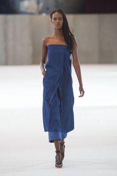 【ELLE】ブルーデニムで作るエレガンスの新境地|エル・オンラインCHRISTOPHE LEMAIRE ブルーデニムで作るエレガンスの新境地 セクシーなベアショルダーワンピースをレイヤードした、デニムのドレスアップスタイルが新鮮な「クリストフ・ルメール」。ブルーの発色がきれいな薄手のデニムを使ったワンピースは、オーバーオールで使われるような金具付きのストラップを胸元に施してポイントに。裾からチラリとのぞくクロップド丈のストレートデニムで、カジュアル感をプラスしつつ、絶妙なグラデーションをかけたスタイリングを提案。