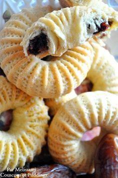 Kaak el Nakache (Cakes Filled with Dates), popular Algerian sweet. Read More by radiadz Arabic Dessert, Arabic Sweets, Lebanese Cuisine, Lebanese Recipes, Eid Cake, Libyan Food, Algerian Recipes, Algerian Food, Middle Eastern Desserts