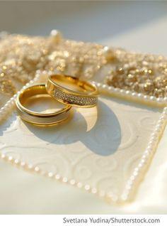 Ringe auf weißem Kissen für russische Hochzeiten