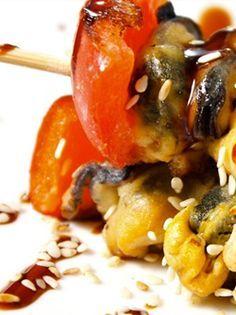BROCHETTES DE MOULES ET TOMATES À LA PLANCHA. Préchauffez votre plancha inox à feu vif.  Epluchez et émincez l'oignon et les tomates.  Mettez-les oignons avec la moitié du verre de vin blanc et... http://www.verycook.com/blog/plat-plancha/brochettes-de-moules-et-tomates