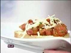 ingredientes        1 pão tipo italiano fatiado      4 tomates sem sementes, cortados em cubos pequenos      sal a gosto      manjericão picado e pimenta-do-reino moída a gosto      1 colher (chá) de alho picado      ½ xícara (chá) de azeite      queijo parmesão ralado a gosto    modo de preparo    1°) Em uma assadeira, arrume as fatias de pão italiano e leve ao forno médio a 200°C por +/- 10 minutos ou até torrar levemente. Retire do forno e esfregue um dente de alho nas fatias de pão…