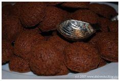 medvědí tlapky (pracny) dle staročeského receptu Czech Recipes, Christmas Cookies, Sweet Tooth, Sweets, Chocolate, Baking, Food, Nostalgia, Xmas Cookies