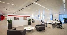 Open space e zona de convívio nos escritórios da Hitachi em Milão, Itália