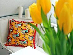 Tkanina Sierra Summer i czerwone pompony. Blankets, Napkins, Pillows, Tableware, Dinnerware, Towels, Dinner Napkins, Tablewares, Blanket