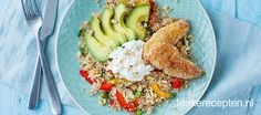 Gezonde quinoa salade met geroosterde paprika, avocado en krokante kip uit de oven
