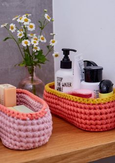 Häkelkörbchen sind nicht nur praktisch, sie sind auch wunderbar schnell fertig… Crochet baskets are not only practical, they are also wonderfully quickly finished and a great gift idea. Just crochet… Simply Crochet, Double Crochet, Crochet Home, Easy Crochet, Free Crochet, Tshirt Garn, May Day Baskets, Knitting Patterns, Crochet Patterns