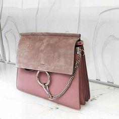 Do you love elegant ladies handbags? Now on www. Discover our selection of elegant and affordable bags! Informations About Du liebst elegante Damen Handtaschen? Fendi Purses, Purses And Handbags, Ladies Handbags, Fashion Handbags, Fashion Bags, Fashion Purses, Diy Rucksack, Chloe Bag, Faye Bag