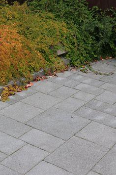 Roomalaiset kivet, hiekkapuhallettu profiloitu pinta, harmaa.  www.rudus.fi/pihakivet Sidewalk, Walkway, Walkways
