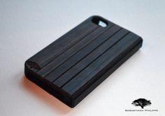 De Padauk Flip-Cover voor de iPhone 4 en iPhone 5. De Flip-Cover is voorzien van een handige magneetsluiting voor optimaal gebruik. Ook verkrijgbaar in Bamboe.  Kijk snel op www.sebastiaanphilippe.nl voor meer informatie en onze complete collectie houten hoesjes.